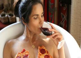 मॉडल पद्मा लक्ष्मी ने कराया न्यूड फोटोशूट, बाथटब में पिज्जा के साथ तस्वीर हुई वायरल-Photo Gallery