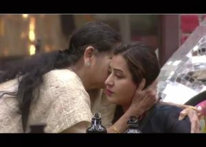 Video Bigg Boss 11- Shilpa Shinde Mother Joins hands on National Television, Reason Will Make You Cry