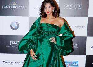 PHOTOS - Sonam Kapoor Sizzled in Green on Red Carpet