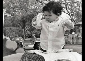 पापा सैफ अली खान के पेट पर चढ़कर खेलते दिखे छोटे नवाब तैमूर, देखें #PHOTOS-Photo Gallery