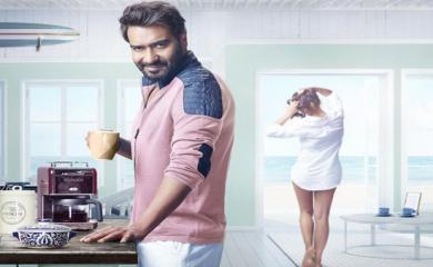Ajay Devgan Stuns People By his Romantic Look