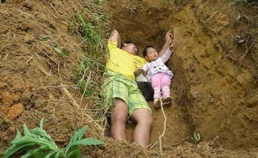 पढ़ कर होगी हैरानी लेकिन ये पिता अपनी बेटी को सुलाता है कब्र में
