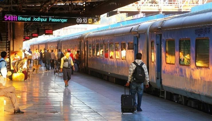 चलती ट्रेनों में मालिश : सुविधा शुरू होने से पहले ही बंद, महिलाओं की सुरक्षा को लेकर उठे थे सवाल