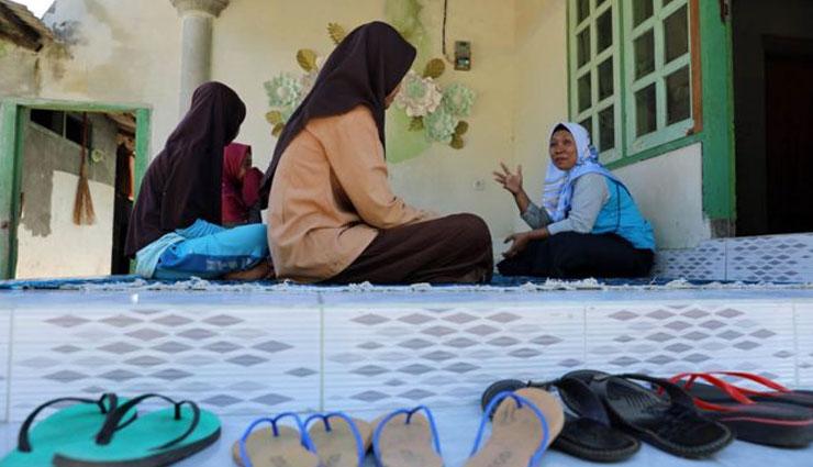 indonesia motherless village,weird story,omg ,अनोखा गांव जहां माएं नहीं रहतीं, पिता संभालते हैं बच्चे,इंडोनेशिया