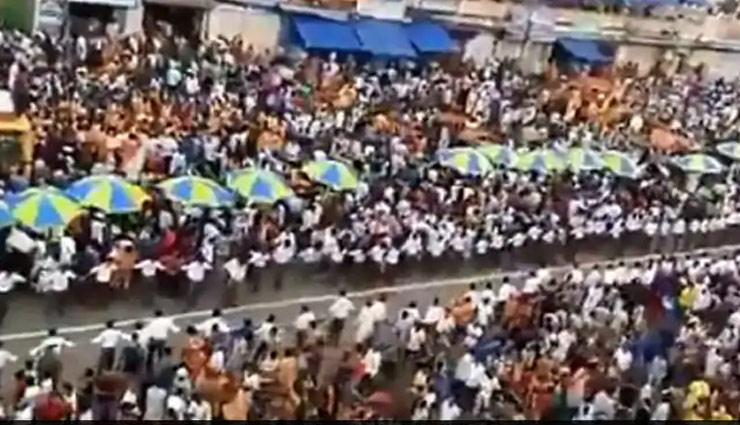 जगन्नाथ की रथ यात्रा में लाखों लोगों की भीड़ के बीच भक्तों ने एम्बुलेंस को दिया इस तरह रास्ता, वीडियो हुआ वायरल