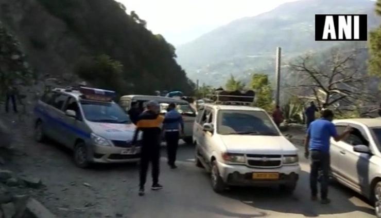 Jammu-Srinagar highway blocked due to massive landslide, thousands of vehicles stranded