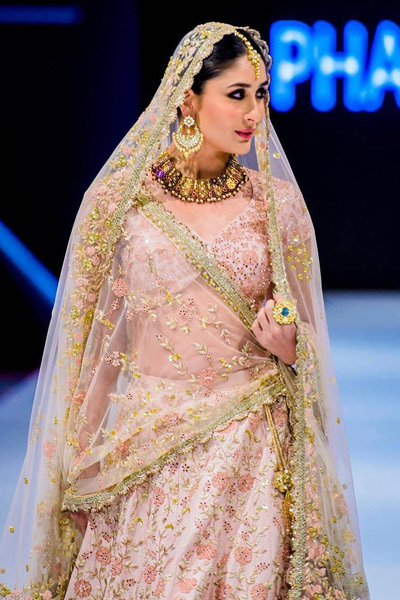 Kareena Kapoor Khan,kareena kapoor khan latest ramp look,kareena kapoor khan bridal ramp look,vikram phadnis