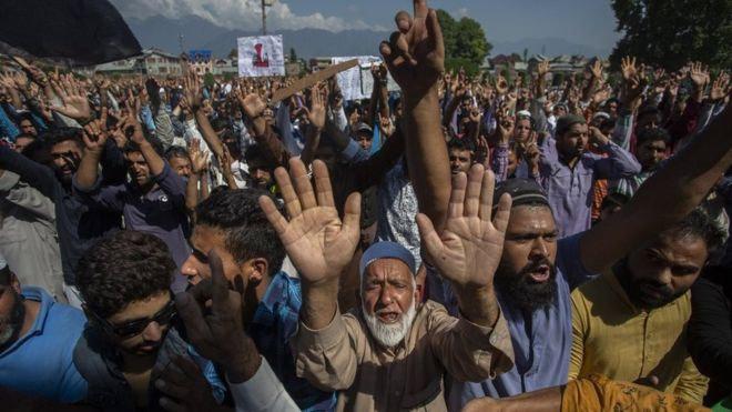 kashmiri protesters clash,srinagar,tear gas