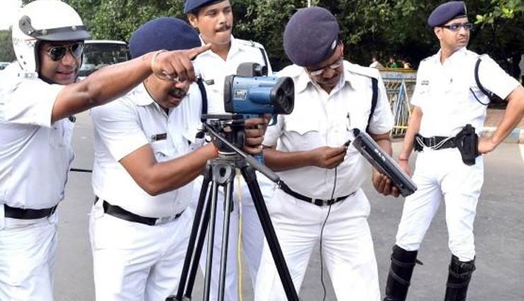 आखिर क्यों कोलकाता पुलिस पहनती है खाकी की जगह सफेद यूनिफॉर्म, जानें इसके पीछे की बड़ी वजह