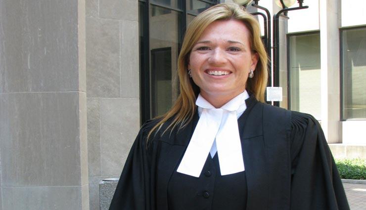वकील की पहचान बना काला कोट और सफेद शर्ट, जानें इसके पीछे की हैरान करने वाली वजह