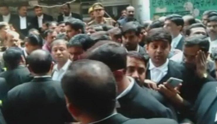 लखनऊ के कोर्ट में बम धमाका, कई वकील घायल