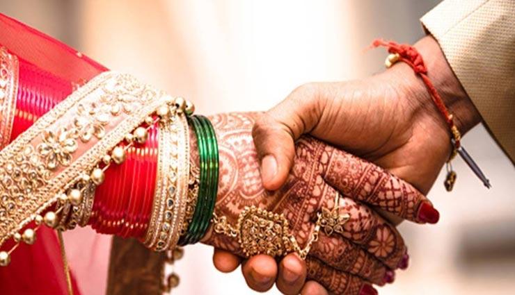 VIDEO : सोशल डिस्टेंसिंग के साथ पूरी हुई यह शादी, दूल्हा-दुल्हन ने भी दूर से ही पहनाई माला