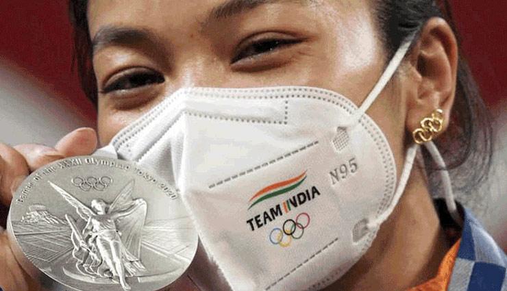 Tokyo Olympics: गुडलक के लिए मीराबाई चानू ने पहना मां का तोहफा, ओलिंपिक लोगो वाली खास बालियों ने बटोरा लोगों का ध्यान, PHOTOS