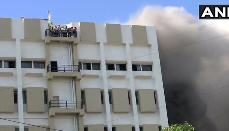 मुंबई: बांद्रा में MTNL इमारात में लगी आग, 100 से ज्यादा लोग छत पर फंसे