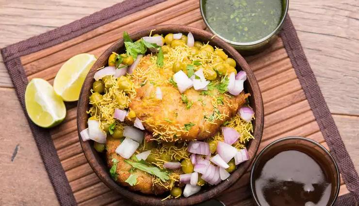 street foods of mumbai,mumbai,food to try in mumbai,vada pav,misal pav,pav bhaji,bhel puri and sev puri,batata vada,ragda pattice
