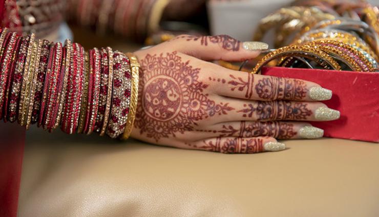 इन नेल पेंट कलर्स को बनाए दुल्हन अपने हाथों की शान, पाएंगी आकर्षण
