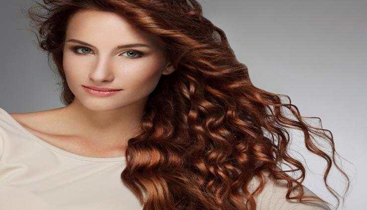 समय से पहले पड़ने लगा बालों का रंग फीका, कहीं आप तो नहीं कर रहे ये गलतियां