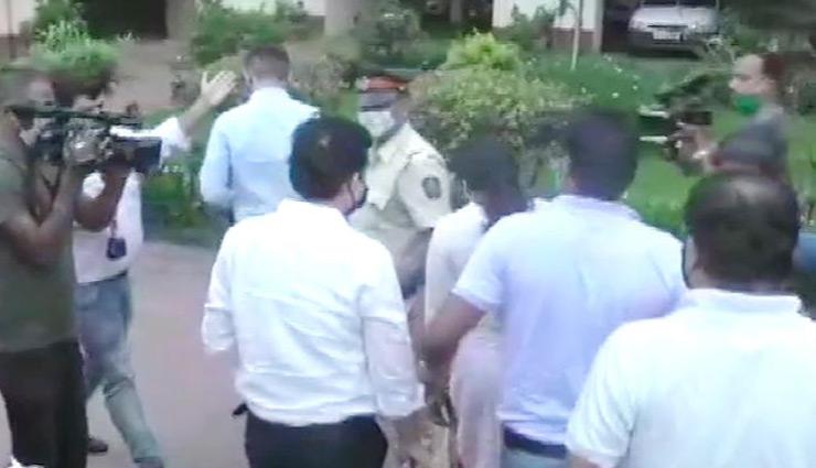 ड्रग्स कनेक्शन पर रिया के घर NCB का छापा, खंगाले जा रहे  मोबाइल, हार्ड डिस्क और लैपटॉप