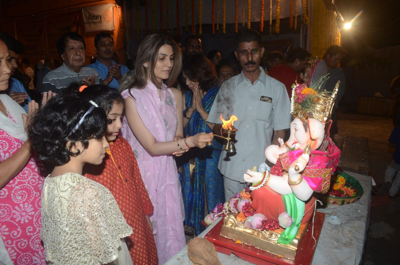 ganesh chaturthi 2018,neetu kapoor bids farewell to bappa,riddhima kapoor,rishi kapoot,ranbir kapoor,entertainment news