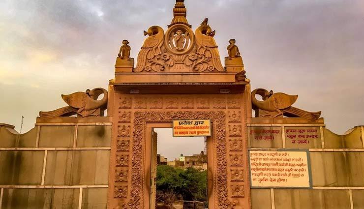 रहस्यों से भरा हैं वृंदावन का निधिवन मंदिर, गोपियों संग रास रचाते है श्रीकृष्ण