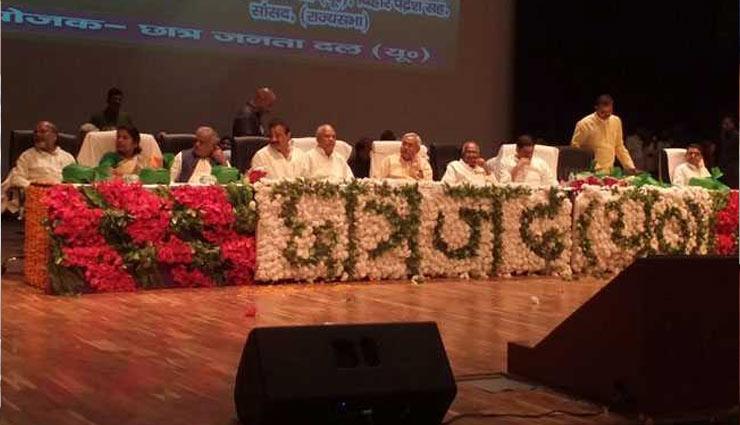 बिहार के मुख्यमंत्री नीतीश कुमार पर शख्स ने सरेआम फेंकी चप्पल, बौखलाए जदयू नेताओं ने युवक की करी जमकर पिटाई