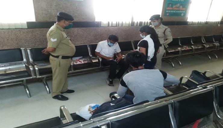 जयपुर : मास्क नहीं लगाने वालों पर पड़ी जुर्माने की मार, खुद रेलवे मजिस्ट्रेट ने काटे चालान