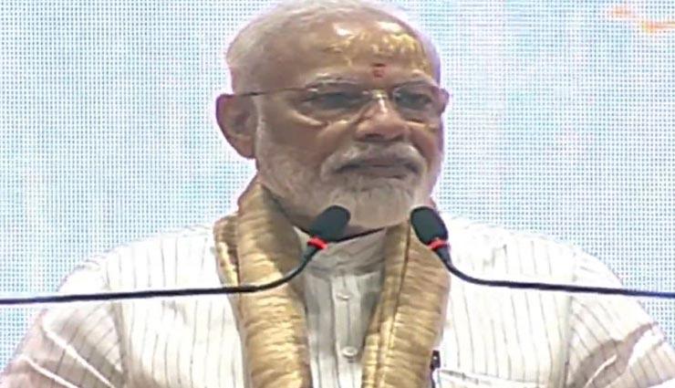वाराणसी : मोदी ने कहा- सरकारी बसों की सीट फाड़कर या बनारसी पान की पीक थूककर भारत माता का जयकारा लगाना सही नहीं