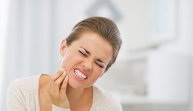 दाँतों की परेशानियों के लिए जिम्मेदार है आपकी ये आदतें