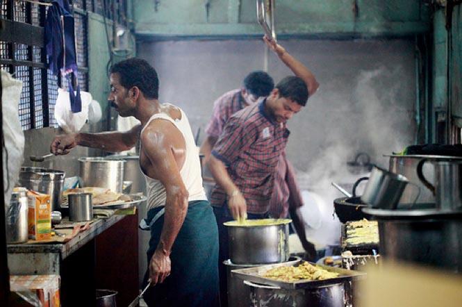 live streaming of food preparation,irctc kitchen,irctc,indian railway,railway ,लाइव स्ट्रीमिंग, भारतीय रेल, आईआरसीटीसी,  किचन आईआरसीटीसी, ऐसे चेक करें की रेलवे की कैंटीन में अच्छा खाना बना है या नहीं, फूड इन रेलवे, कैंटीन में कैसे बन रहा है आपके लिए खाना