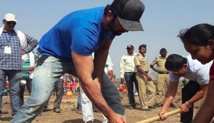 आलिया और रणबीर को ढोनी पड़ी मिट्टी, देखे तस्वीरे