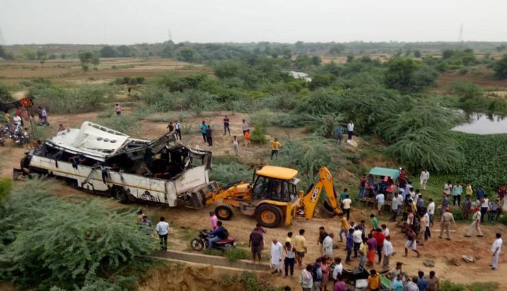 आगरा हादसा : चश्मदीद महिला यात्री ने कहा - ड्राइवर का व्यवहार ठीक नहीं था, जैसे ही बस टोल प्लाजा से रवाना हुई....