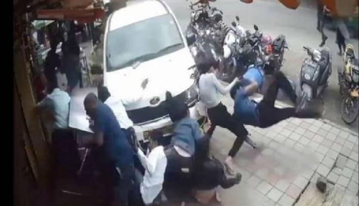 बेकाबू कार ने फुटपाथ पर चल रहे लोगों को उड़ाया, देखे वीडियो