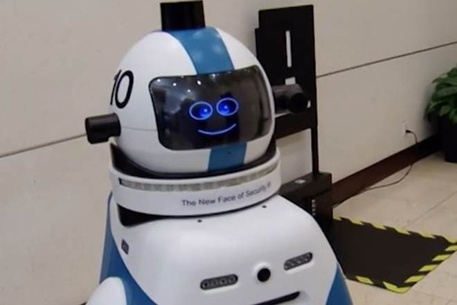 robot gaurd,robot security gaurd,china,residential community,beijing,robot watchman,facial recognition,man-machine communication,patroling,weird story ,रोबोट चौकीदार,अजब गजब खबरे हिंदी में