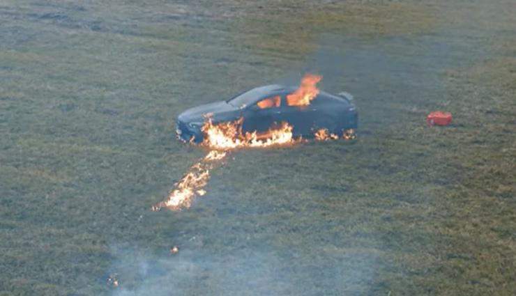 2 करोड़ की Mercedes में आई खराबी, तो इस रशियन यूट्यूबर ने पेट्रोल छिड़कर लगा दी आग, देखे वीडियो