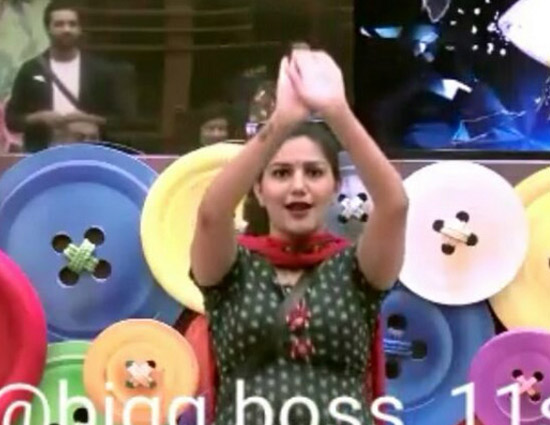 Bigg Boss 11- Sapna And Arshi Naagin Dance is Too HOT To Handle