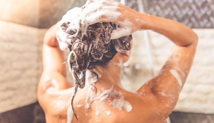 कहीं आप भी तो नहीं करते शैम्पू के दौरान ये गलतियां, बालों के लिए नुकसानदायक