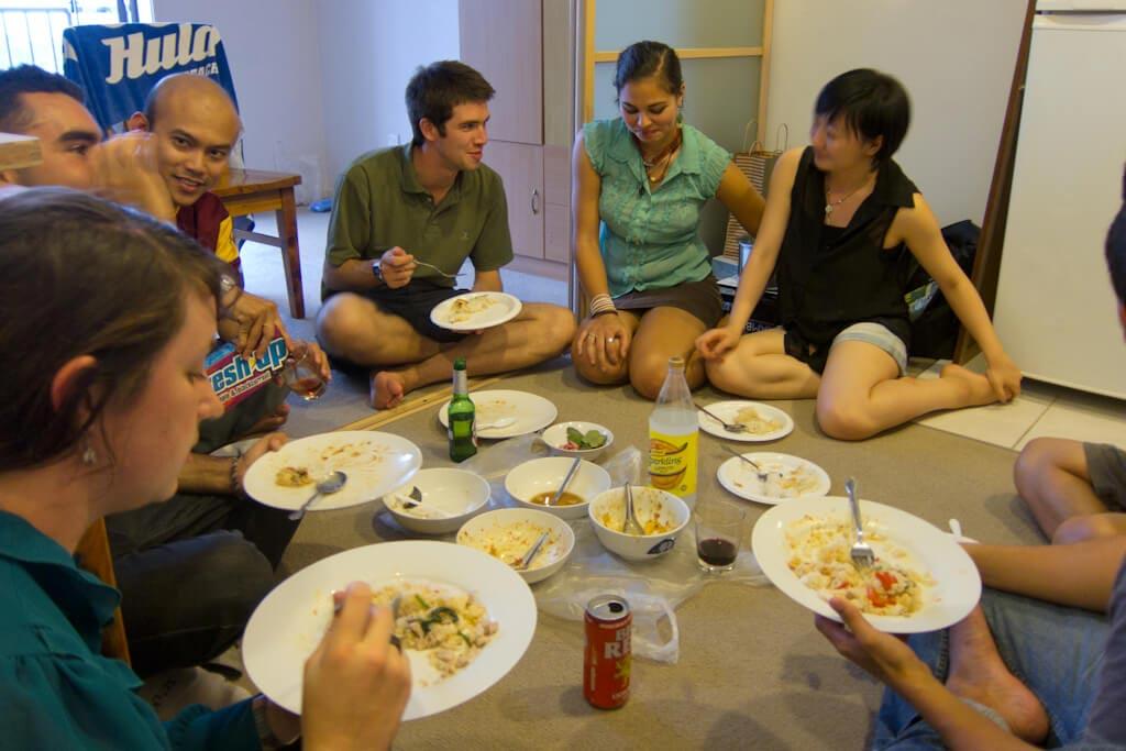 health benefits,Health,eating food sitting on floor ,हेल्थ,हेल्थ टिप्स,जमीन पर बैठ कर खाना खाने के फायदें