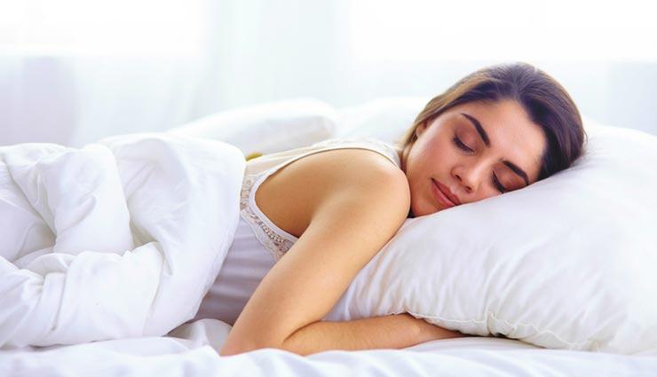 कई लोगों को क्यों नहीं आती बिना चादर ओढ़े नींद? यहां जानें इसका रहस्य