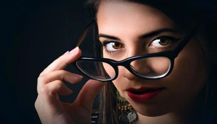 महिलाओं के चश्मा पहनने पर लगाई जा रही रोक, वजह शर्मसार करने वाली