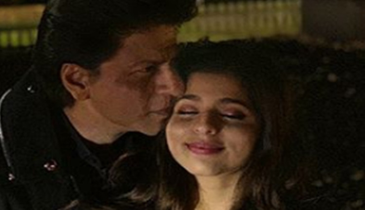 PICS- Shah Rukh Khan gives a peck on his 'Juliet' Suhana's cheek