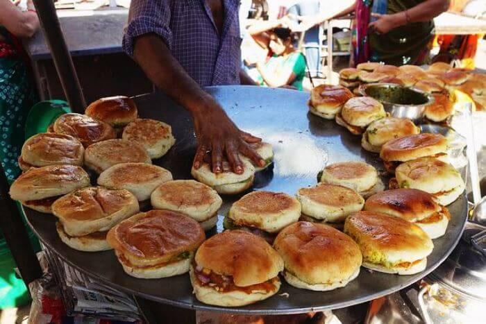 street food joints in delhi,street food in delhi,delhi ,परोंठे वाला, चांदनी चौक, रोशन दी कुल्फी के छोले भठूरे, घंटेवाला मिष्ठान भण्डार , करीम होटल, दरयागंज , केवेन्टर्स, कोनोट प्लेस