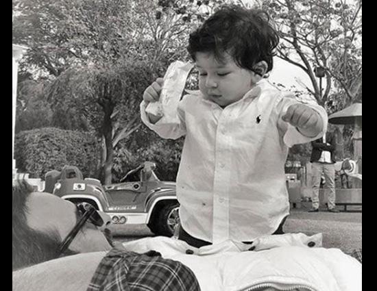 पापा सैफ अली खान के पेट पर चढ़कर खेलते दिखे छोटे नवाब तैमूर, देखें #PHOTOS