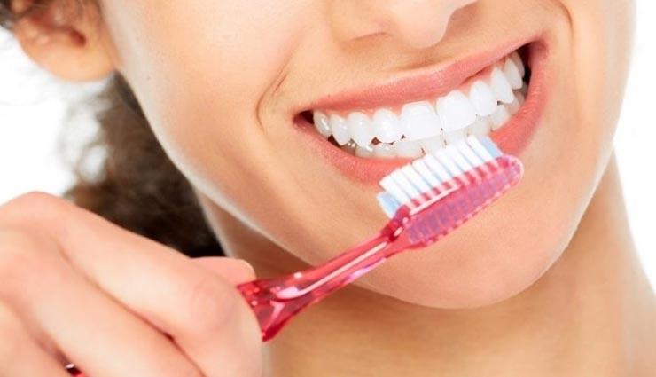 इस तरह करें अपने लिए टूथब्रश का चुनाव, दांतों की सेहत और चमक रहेगी बरकरार