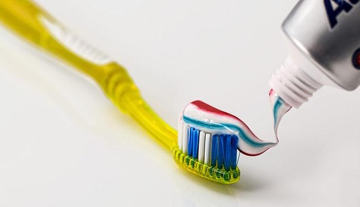 आपकी कई समस्याओं का हल है एक टूथपेस्ट, दांतों की सफाई के अलावा भी है कई और फायदे