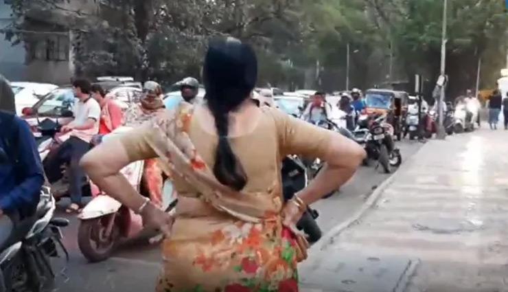 71 साल की यह महिला बनी 'ट्रैफिक आंटी', फुटपाथ पर खड़ी होकर करती है ये काम, वीडियो