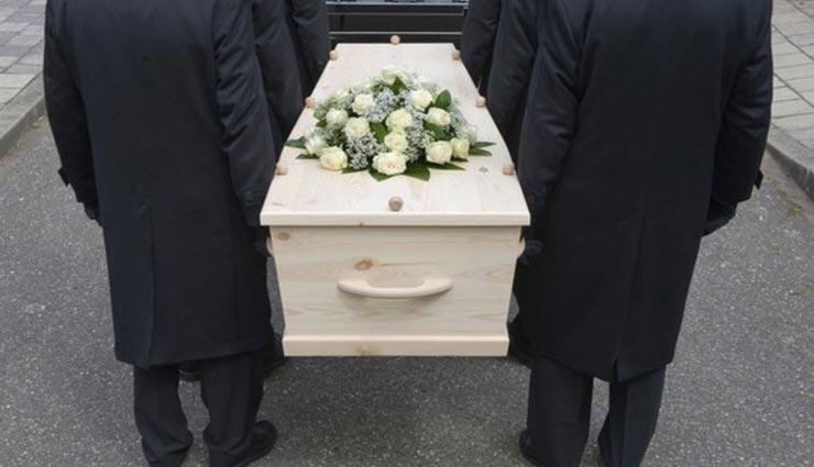 अंतिम संस्कार की ये परम्पराएं रूह कंपा देने वाली, कर देती है सोचने पर मजबूर
