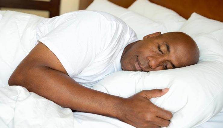 सोते समय अपने सिरहाने कभी ना रखें ये चीजें, जीवन में आती है नकारात्मकता