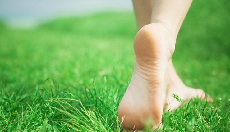 Health tips,stress relives,walking barefoot,Health,benefits of barefoot,healthy life ,नंगे पाव, मांसपेशियों की ताकत, जोड़ों का दर्द, पैरों का दर्द, हेल्थ टिप्स, अच्छा स्वास्थ्य, नंगे पाव चलना