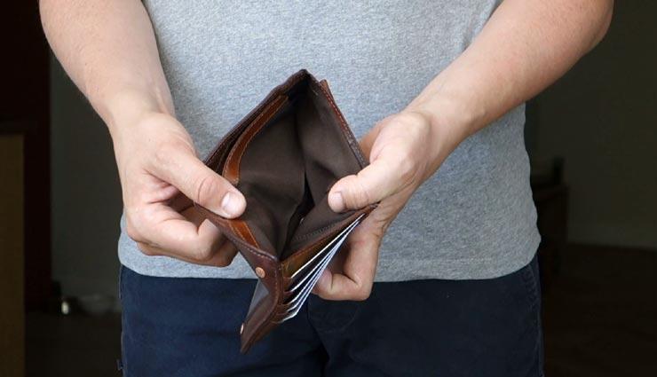 पर्स में रखी गई ये 4 चीजें, डालती है जीवन पर बुरा प्रभाव