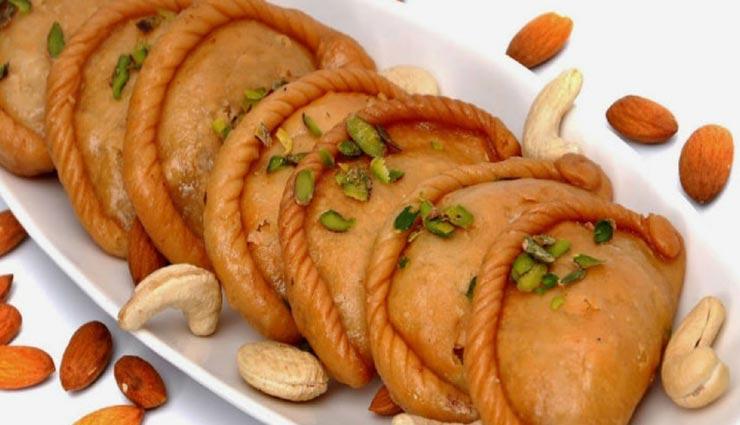 बप्पा के प्रसाद में शामिल करें अखरोट गुजिया, कम मेहनत में होंगे तैयार #Recipe